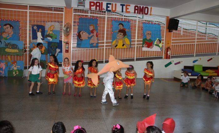Os alunos conheceram mais sobre as lendas, as comidas típicas, as danças e as brincadeiras.